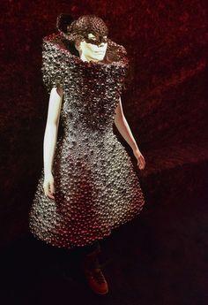Une robe faite en grelots dessinée pour Björk par Alexander McQueen