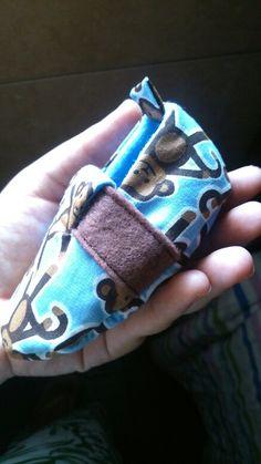 Sapatinho de bebê em feltro e tricoline - feito á mão