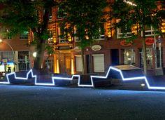 Kontor Freiraumplanung a créé, à Hambourg, un long banc qui traverse l'espace public dans toute sa longueur tout en l'illuminant en soirée.