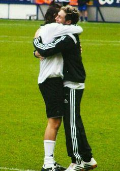 Harry y Niall se dan un abrazo :)