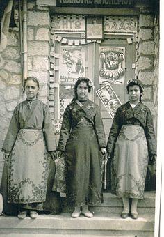 Greek woman from Smyrna. Greek Traditional Dress, Traditional Outfits, Folk Dance, Dance Music, Dance Costumes, Greek Costumes, Greek Dress, Greece Photography, Greek Beauty