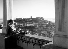 Lisboa de Antigamente: miradouro Old Photography, Antique Photos, Capital City, Good Old, Back In The Day, Portuguese, Past, Louvre, Black And White