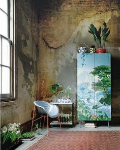 Saw this in Elle Decoration sometime in 2011 probably and fell in love. Check the Ikea cabinet covered with striking De Gournay wallpaper. De Gournay Wallpaper, Scenic Wallpaper, Amazing Wallpaper, Estilo Tropical, Deco Boheme, Interior Decorating, Interior Design, Decorating Ideas, Home And Deco