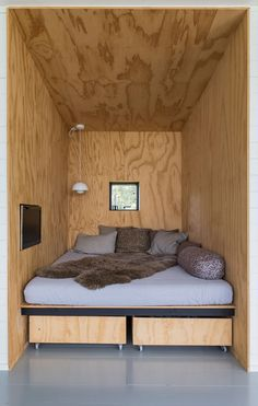 home decor - Nyt sommerhus med havudsigt til under en million Plywood Interior, Plywood Walls, Casas Containers, Micro House, Tiny Living, House In The Woods, Small Spaces, New Homes, House Design