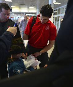 Sidney Crosby se podepisuje fanouškům na pražském letišti