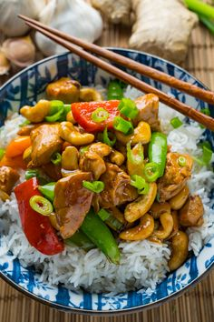 Quick and easy Chinese style cashew chicken that's lighter and healthier and ready in under 20 minutes! Pollo Chicken, Cashew Chicken, Best Chinese Food, Chinese Recipes, Healthy Asian Recipes, Healthy Meals, Fusion Food, Hoisin Sauce, Asian Cooking