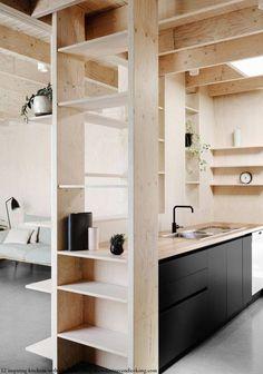 La combinaison du contre-plaqué et du noir pour une cuisine minimaliste.