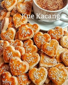 Resep kue kacang istimewa Sweetie Pies Recipes, Sweet Recipes, Fruit Salad Recipes, Snack Recipes, Cokies Recipes, Cake Decorating Company, Creative Snacks, Asian Desserts, Biscuit Recipe