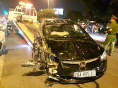 Hà Nội: Kiều nữ lái ô tô điên tông đổ cột điện 2 người cấp cứu