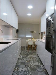 Stunning Small Kitchen Design Ideas & Layout with Floor Plan Pictures Mini Kitchen, New Kitchen, Kitchen Decor, Galley Kitchen Design, Interior Design Kitchen, Cocina Office, Kitchen Diner Extension, Narrow Kitchen, Kitchenette