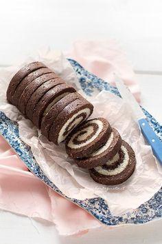 Rotolo-senza-cottura-al-cioccolato-Ricetta-Rotolo-Girelle-al-cioccolato-senza-cottura. Chocolate Roll, Chocolate Recipes, Sweet Recipes, Cake Recipes, Dessert Recipes, Tortilla Sana, Nutella, Pastry Cake, Mini Desserts