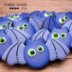 Spooky Fun Halloween Cookies Check out this list of creepy, cute, scary, spooky Halloween cookies! Decorated cookies for kids and Fall Cookies, Cookies For Kids, Iced Cookies, Cut Out Cookies, Cute Cookies, Cupcake Cookies, Cookies Et Biscuits, Halloween Desserts, Halloween Cookies Decorated