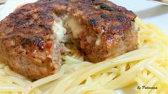 Hambúrguer grelhado recheado com queijo