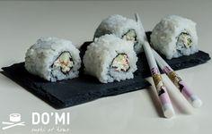 Sushi z sałatką z paluszków krabowych