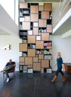 Una doble altura sobre un vestíbulo, genera jerarquía y  logra que el usuario preste atención a lo expuesto en dicho vestíbulo.