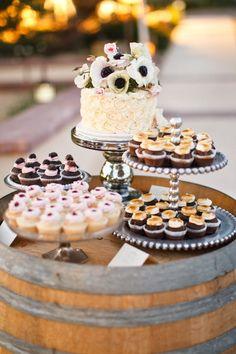 candy bar pour mariage champêtre organisé sur un tonneau à vin