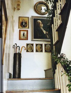 I have always loved Atlanta interior designer Jacquelynne aka Jackye Lanham's style. I love her use of fine antiques mixed with casual fabr. Wabi Sabi, Halls, Picture Arrangements, Interior And Exterior, Interior Design, Interior Architecture, Charleston Homes, Hanging Art, Stairways