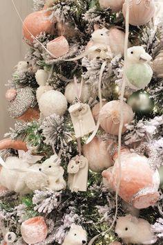 Trend van deze kerst is pastel en veel! Op www.kerstwereld.nl zie je veel pastelkleuren terugkomen en heb je genoeg keuze ;-)
