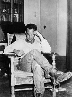 """Jack Kerouac, autor de 'En el camino'Novela fundacional del movimiento beatnik. Dean Moriarty """"un ángel, un demente, un pordiosero"""" y Sal Paradise (detrás de quien se esconde el propio autor) se embarcan en un viaje enloquecido a través de la ruta 66, desde Nueva York a California, para retratar las corrientes subterráneas de Estados Unidos."""