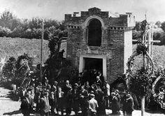 Vedova Matteotti e Tita Ruffo baritono lasciano tomba dopo i funerali di Giacomo Matteotti, Fratta Polesine, 21 agosto 1924