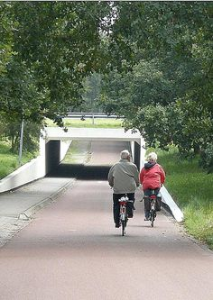 Bicycles and motorists fully separated by a roundabout underpass in Assen, NL. Photo courtesy of GB Cycle Embassy. Click to tweet and visit the slowottawa.ca boards >> http://www.pinterest.com/slowottawa