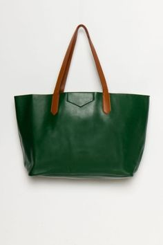 Great green leather tote for fall. Metallic Spray, Mode Inspiration, Green Leather, Beautiful Bags, Leather Purses, Leather Bags, Fashion Bags, Mercedes Benz, Bag Accessories