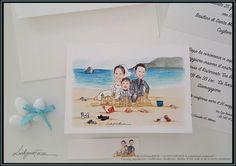 Partecipazioni nozze formato standard e bigliettino bomboniera personalizzati con disegno sposi che giocano con figlio in spiaggia, stile caricatura fedele