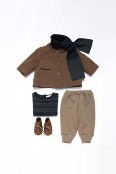 giacca, sciarpa, pantaloni e t-shirt con scarpine