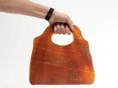 Des étudiants hollandais ont abordé le problème du gaspillage alimentaire de manière originale: transformer les déchets végétaux en cuir.
