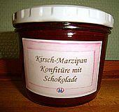 Sauerkirsch-Marzipan-Konfitüre mit dunkler Schokolade
