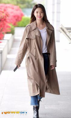 Hyun Kyung, Korean Drama Stars, Fashion Lookbook, Korean Beauty, Trench, Actors & Actresses, Duster Coat, Celebrity Style, Celebs