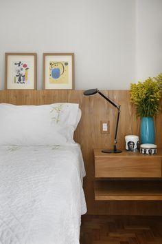 No quarto do casal o painel e mesa de cabeceira da cama em marcenaria como se fossem uma única peça.