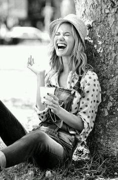 """""""O dia começa a ser especial conforme você o acolhe, o recebe, o abraça. Então, receba-o com alegria e vontade dentro de si. Abençoe-o com fé, com amor e viva-o alegremente."""" Fran Ximenes"""