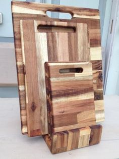 Hardhouten brood- vlees- groenten snijplank in een standaard. De afmetingen zijn 40x30 cm, 35x 23 cm en 23 x 14 cm De plankjes hebben een dikte  van 13 mm. Voor meer info mail; fredhofs@live.nl