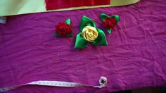 Belas Rosas com Folhas feitas com Fita de Cetim