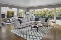 hamptons living room hamptons home with grey sectional sofa and blue and white rug Hamptons Style Bedrooms, Hamptons Living Room, Hamptons Style Homes, Style Key West, New Hampton, Hampton Style, Die Hamptons, Grey Sectional Sofa, Small Sectional