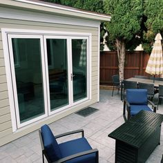 This is one of the coolest living space to have family and friends gathering with both indoor and outdoor seats. P/S: trellis extension is an option to consider! Backyard Studio, Building Plans, Trellis, Living Spaces, Indoor, Urban, How To Plan, Cool Stuff, Friends