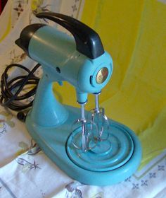 1955 Turquoise Sunbeam Stand Mixer - my mom had a black and white one Vintage Pram, Retro Vintage, Vintage Kitchen, Kitchen Retro, Retro Kitchen Accessories, Turquoise Cottage, Vintage Appliances, Happy Design, Stand Mixer