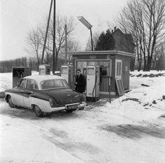 Kartki, które pamiętamy, weszły w życie blisko 40 lat temu. System reglamentacji towarów odszedł w niepamięć dokładnie 25 lat temu. Przypominamy te obrazy, które miło było zapomnieć. Celebrity Cars, Old Gas Stations, Filling Station, Vintage Classics, Old Magazines, Retro, Vintage Cars, Nostalgia, Vehicles