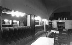 Kleines Café, Wien, Franziskanerplatz. Architekt: Hermann Czech. Betreiber: Hanno Pöschl Bar, Interior, Furniture, Home Decor, Architecture, Decoration Home, Indoor, Home Furnishings, Interior Design