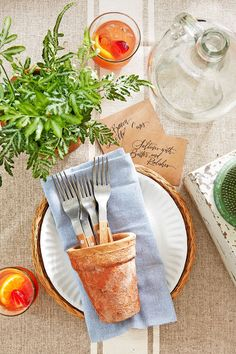 25 summer table settings - party centerpieces for tables Brunch Table Setting, Outdoor Table Settings, Outdoor Dinner Parties, Dinner Party Table, Backyard Parties, Italian Table, Birthday Dinners, 30 Birthday, Porch Garden
