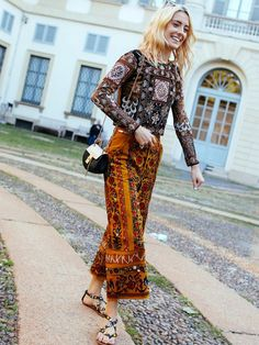 brown-colors-trend-printed-pants-flats-blouse-street-style