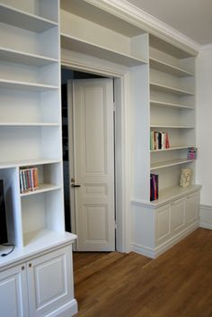 Platsbyggd bokhylla Home Library Design, Home Office Design, House Design, Grey Interior Design, Interior Design Studio, Bookshelves Built In, Built Ins, Bookcases, Le Living