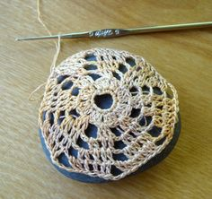 Tutorial on how to crochet a cover for a stone, pebble or rock. I love this idea for inexpensive gifts. Nice paperweight.