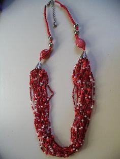 Maxi colar confeccionado com miçangas, pedras e cordão de macramê. Vermelho, para destacar qualquer produção básica.
