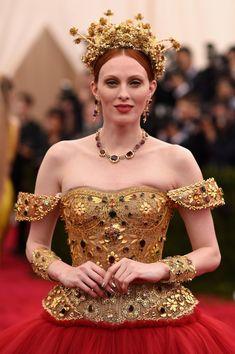 karen-elson-met-gala-beauty_red_hair_gold+red dress