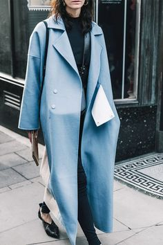 Throw on your winter coat and pair with leggings for an on-the-go outfit. Fashion Week, Winter Fashion, Fashion Outfits, Fashion Fashion, Winter Coats Women, Coats For Women, Winter Baby Clothes, Legging Outfits, Street Style 2017