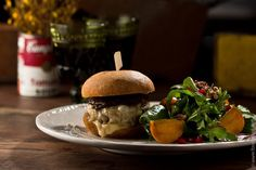 If you want to try a new American cuisine, to experience this unforgettable taste – start with this burger with rosemary aioli and onion confiture and garnish: salad with persimmon, chard, walnuts and pomegranate sauce and Dijon mustard. And it's only aurally seems complicated, because this burger to cook is very easily.
