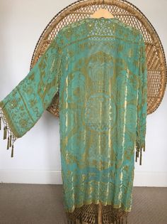 Chaqueta kimono preciosa colores bastante verde y oro cubrir a ti mismo en magnífico kimono de terciopelo y el agotamiento patrones de medallón con granos cosidos que brillan en la luz de la mano fotos no a esta justicia chaqueta increíble. franja moldeada gotitas cuelga alrededor dobladillo, mangas y pecho  mediciones de parte superior del hombro a dobladillar 40 y 7 de fringe axila a axila cuando colocan acostadas 21 longitud de la manga 18 ancho de manga 9 Circunferencia de busto 43 43…