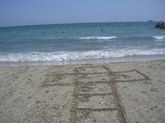 Himmel und Hölle Kästchen mit Zahlen in den Sand aufmalen, diese nacheinander abhüpften, ohne die Linien zu berühren. Das Spiel kann allein oder mit derganzen Familie gespielt werden.